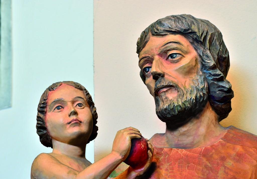 !Fragment rzeżby przedstawiającej św. Józefa z Dzieciątkiem Jezus