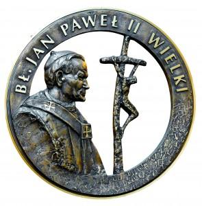 !Płaskorzeźba Jan Paweł II Wielki na drzwiach głównych