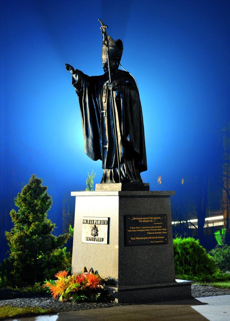 !Pomnik św. Jana Pawła II przed wejściem do kościoła